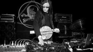 Avant de se mettre au harsh noise, Merzbow réorchestrait l'hymne national japonais version synth-pop